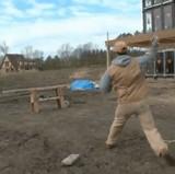 動画:メタルブレードを使って木を切る男 [神]