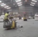 動画:フォークリフトで遊ぶ男 [おもしろ]