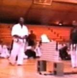 動画:空手 -火をつけた板を割る- [衝撃]