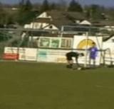 動画:サッカー -ゴールキックが風にあおられて・・・- [おもしろ]