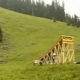 動画:長い滑り台でピンポイントの場所に着地 [おもしろ]