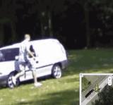 GIF:GoogleMapのストリートビューを撮影する車を見つけた男達