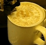動画:コーヒーアートを創る機械 [感動]