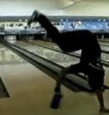 動画:ボウリング -奇妙な投げ方をする4人組- [おもしろ]