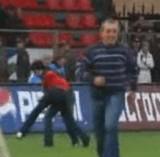 動画:サッカー -PKを一般客が蹴ってしまった- [衝撃]
