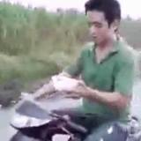 動画:バイク -走りながらカップラーメンを食う男- [おもしろ]