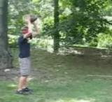 動画:目隠しをして木を投げたら [爆笑]