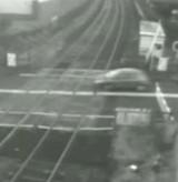 動画:自動車 -監視カメラが捉えた 踏み切り完全無視- [衝撃]