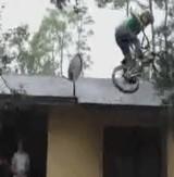 動画:BMX -屋根から回転しながら着地- [衝撃]