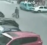 動画:万引きをしたバイク男に自転車でお仕置き [衝撃]