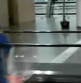 動画:空港で現れたやる気のない清掃人 [おもしろ]