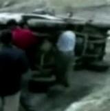動画:自動車 -倒れている車を起こしてあげたのに- [衝撃]