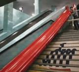 動画:地下鉄に滑り台を作ってみた [おもしろ]