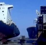動画:巨大な船が止まらずに突っ込んでくる映像 [衝撃]