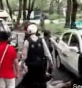 動画:警察車両が怪我人の足を轢いてしまう [衝撃]