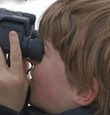 画像:バードウォッチングをしている子供の頭に・・・ [ほのぼの]