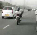 動画:バイク -絶対に真似をしてはいけない運転技術- [感動]