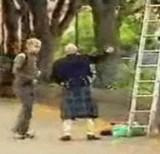 動画:ドッキリ -はしごを抑えてくれ- [おもしろ]