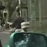 動画:頭にスイカを載せて走るバランスマン [神]