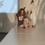 動画:ファッションショーで穴に落ちるモデル [エロ]