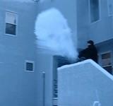 動画:お湯が一瞬にして粉雪になる映像 [感動]