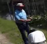 動画:釣り人を撮影して落ちたカメラマン [爆笑]