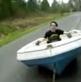 動画:道路の上でボートに乗る [おもしろ]
