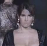 動画:モデルが胸を恥ずかしそうに隠しながら歩く [エロ]