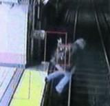 動画:電車 -酔っぱらいすぎて線路に落ちた男- [衝撃]