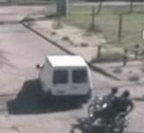 動画:線路で動かない車を救った勇気のある若者 [感動]