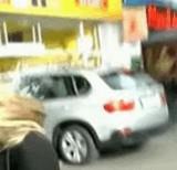 動画:車がお店に突っ込む瞬間 [衝撃]