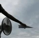 動画:扇風機の間に紙飛行機を置いたら [感動]