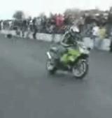 動画:バイク -逆ウィリーが失敗して・・・- [衝撃]