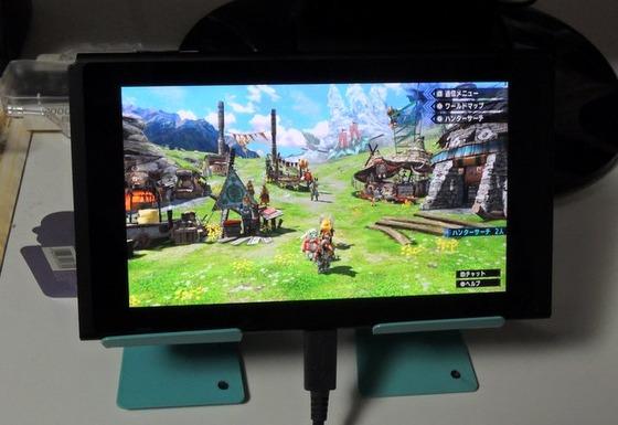 Nintendo Switchのテーブルモードで充電しながらプレイする!100円ショップのスマホスタンド×2を使いました。