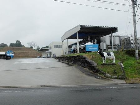 タンクやタンクローリーが並んでます。