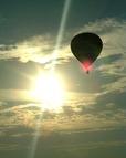 夜明けの空に浮かぶバルーン