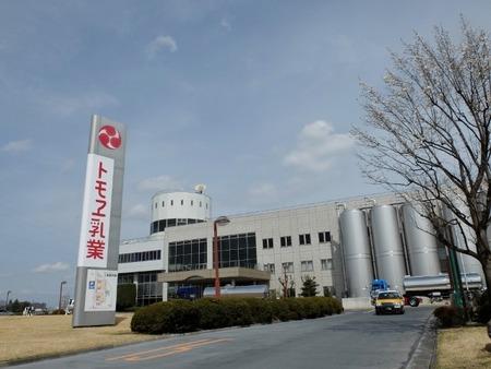 トモヱ乳業の工場にやってきました。
