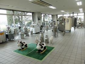 ロビーに乳処理機器が展示されています