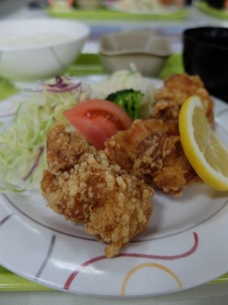 トモヱ乳業の社員食堂「鶏肉唐揚げ」