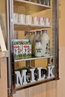 冷蔵ケースにはプリンと牛乳♪