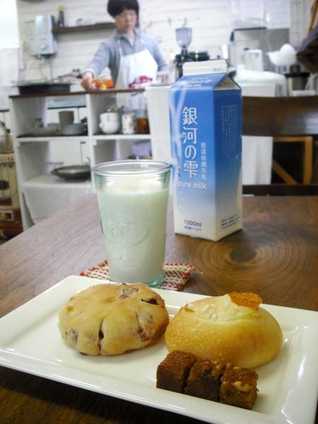 牛乳屋のカフェ「コネリ」