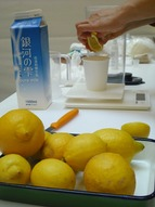 レモンを搾ります