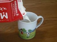 牛乳を注ぎます