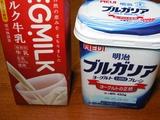牛乳とヨーグルトを用意します