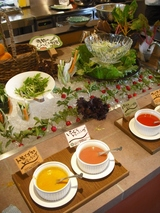 地元の野菜を使ったサラダとドレッシング