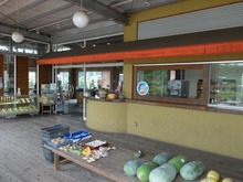 お店の前には地場の野菜が売ってます。