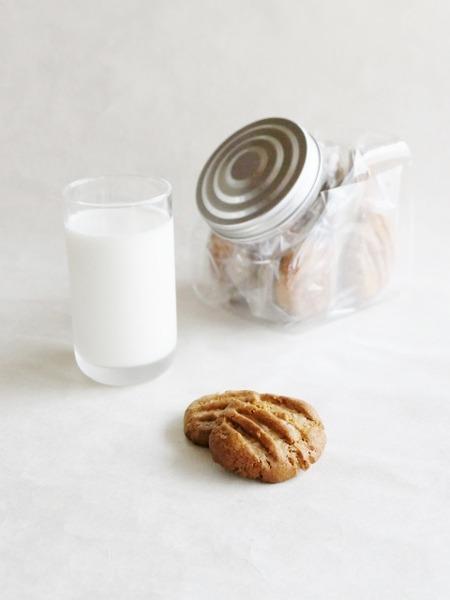 朝食はいただきもののクッキー&牛乳