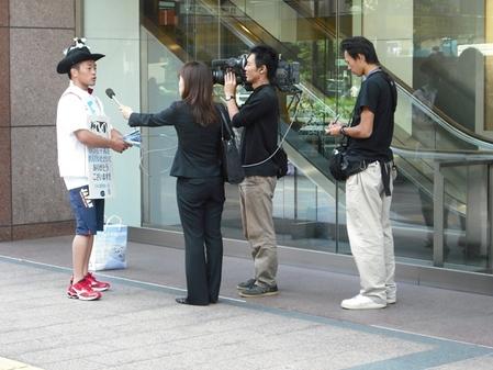 FBSのインタビューを受ける池松さん