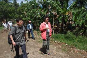 レイテ島の村々を巡り遺骨に関する情報収集を行う。右・倉田宇山氏