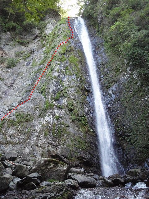 s-P9090053 F4-50m大滝 登攀ルート 赤